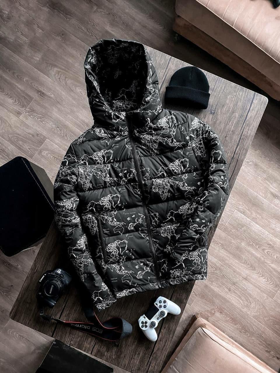 Мужская демисезонная стеганая куртка с принтом Map черная Vidlik